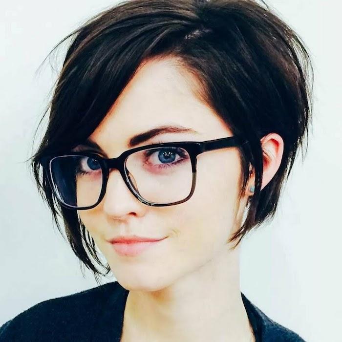 coupe avec frange sur le côté cheveux peints en cacao femme aux yeux bleus avec lunettes