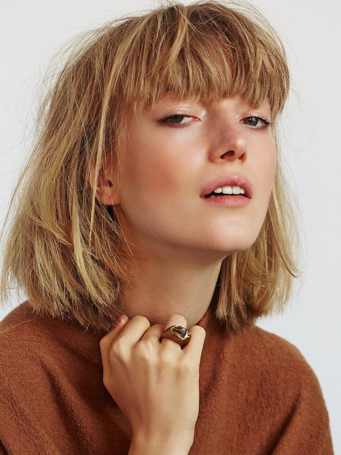 coupe carré avec frange décoiffée et blonde femme au pull over caramel