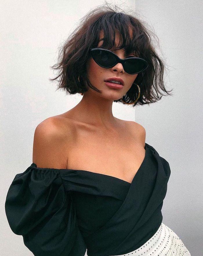 coupe carré boule nuque courte avec frange droite femme aux lunettes de soleil et tenue élégantes