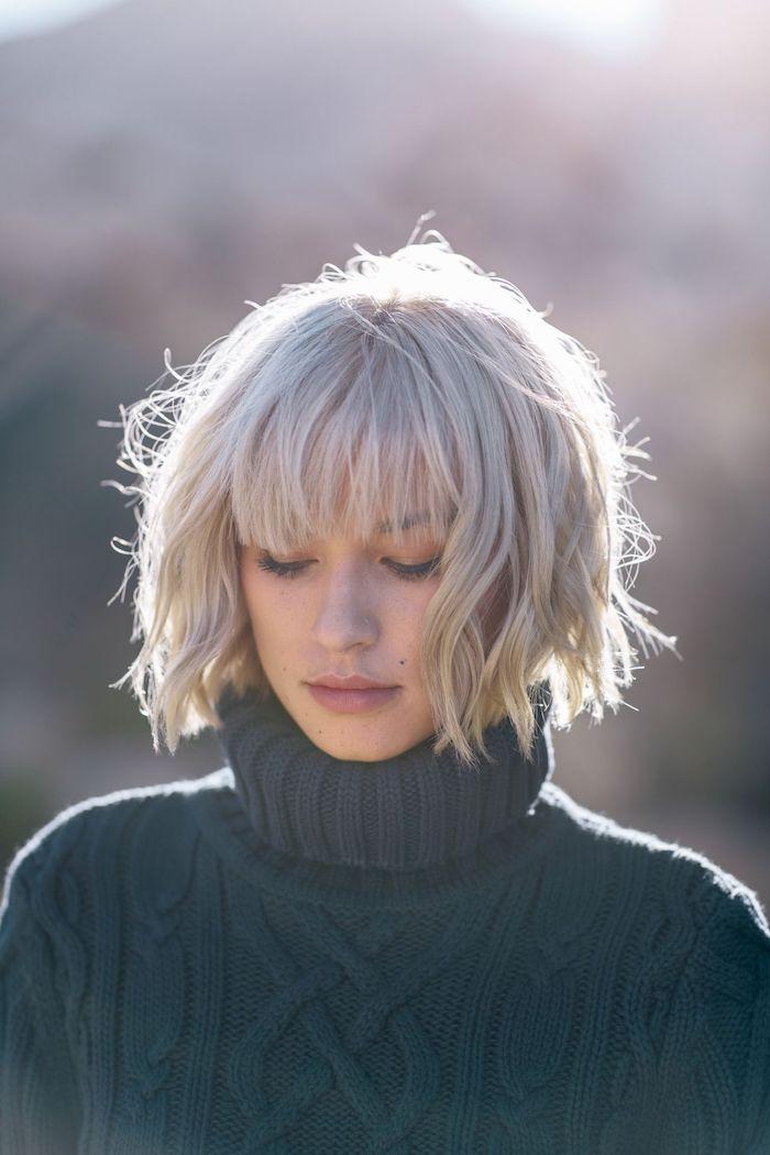 coupe carré femme légèrement ondulée peinte en blond polaire avec frange droite