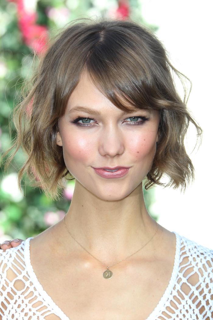 coupe courte cheveux fins et clairsemés avec frange en rideau femme au top blanc