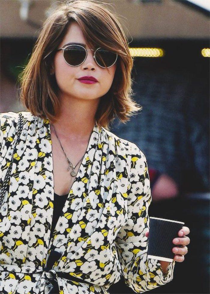coupe courte visage rond clara oswald à la veste fleurie lunettes de soleil noires er rondes