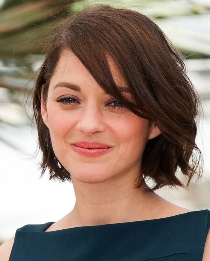 coupe de cheveux courte femme carré courte avec frange sur le coté longue boucles légères