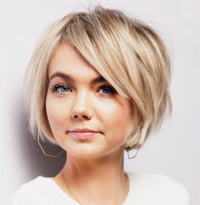 coupe de cheveux courte femme coiffure pour cheveux courts avec frange effilée volume