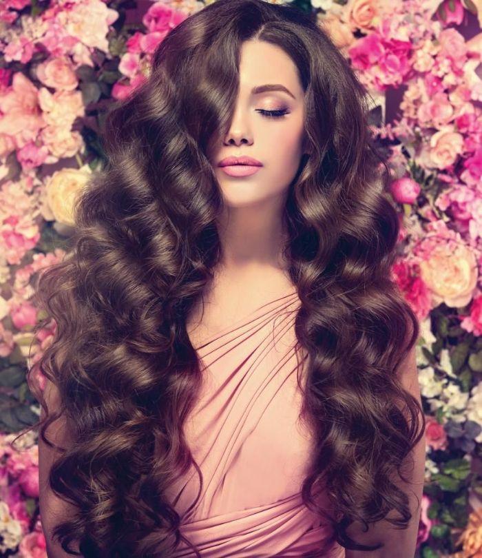 coupe de cheveux sirene idée commept porter des cheveux chatain tres long bouclés avec volume