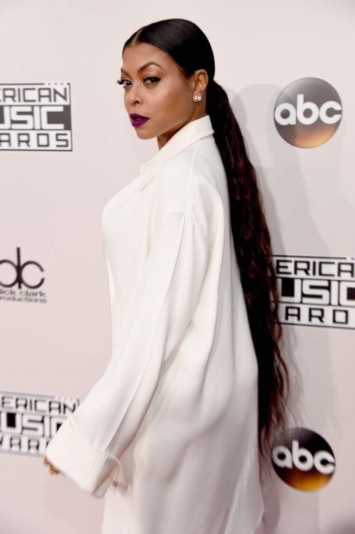 coupe femme afro cheveux tres longs en queue de cheal tailleur femme blanc classe