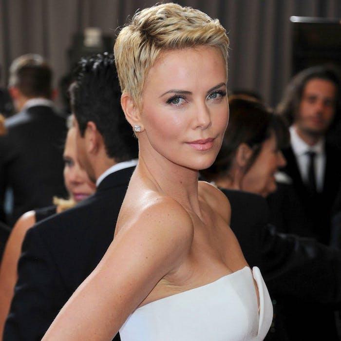 coupe garçonne femme blonde charlize theron à la tenue de soirée blanche et trè élégante