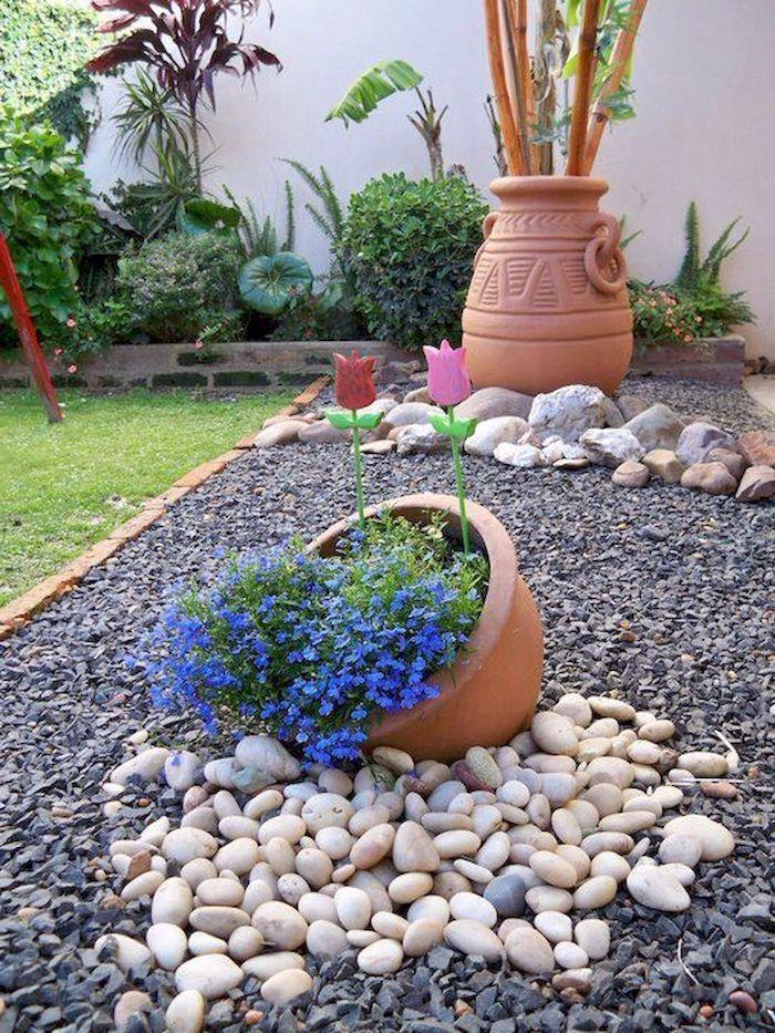 création d un parterre aevc galets et gravier décorée de pots de fleurs