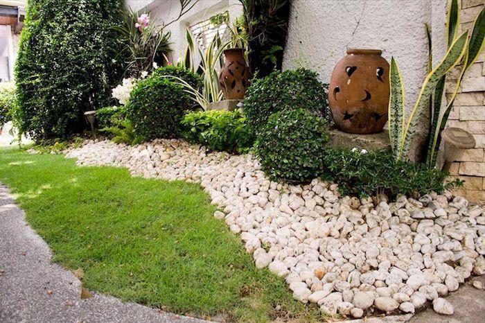 création d un parterre avec galets deco de jardin originale de pots de fleurs et buissons