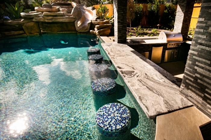 cuisine d été avec bar décoration cour arrière piscine jet eau tabourets mosaique bar pierre naturelle