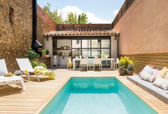 cuisine d été extérieure couverte façade vitrage hotte noir mat meuble bain soleil terrasse bois piscine