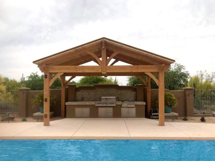 cuisine exterieure inox couverture bois toit plan de travail crédence pierre naturelle
