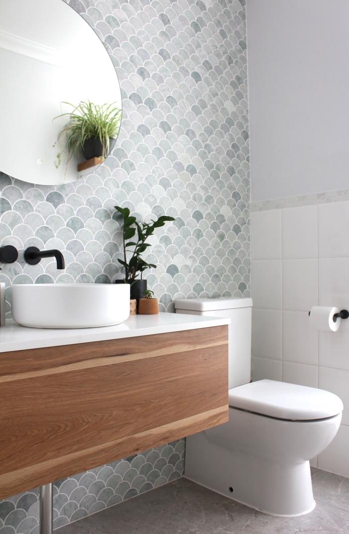 cuvette wc blanche meuble sous lavabo bois robinet finition noire mate carrelage toilette miroir ovale