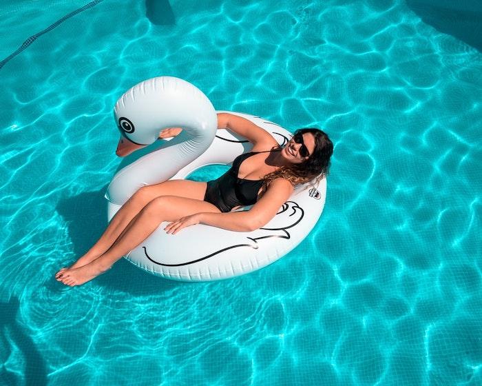 cygne gonflable couleur blanc femme maillots de bain noir