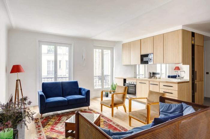 déco cuisine ouverte salon canapé velours bleu foncé cuisine bois et blanche tapis