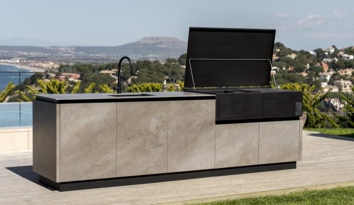 décoration cuisine piscine terrasse en bois plan de travail cuisine extérieure gris robinet noir mat