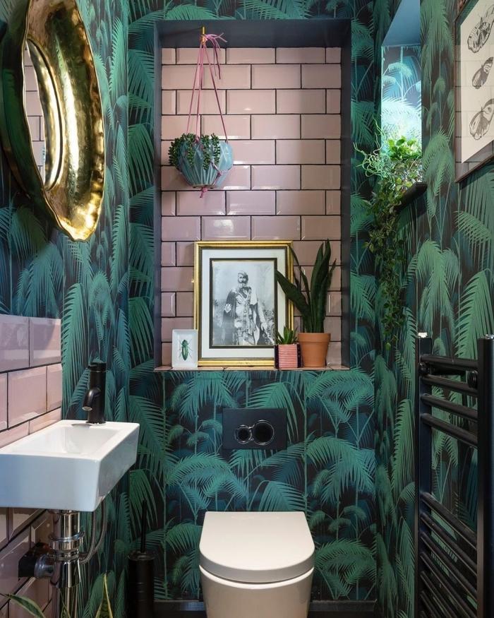 décoration de wc nature papier peint motifs jungle carrelage rose miroir rond doré plante suspendue