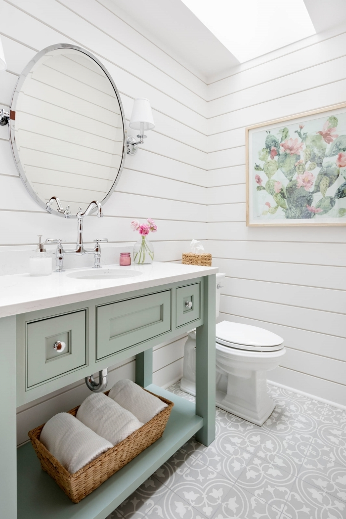 décoration toilettes revetement panneaux blancs carrelage motifs blanc et gris volutes miroir rond