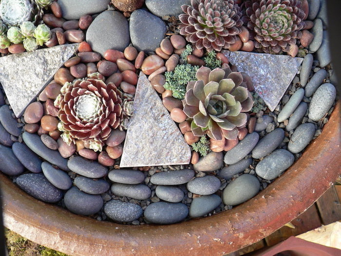 déco massif avec galets en gris et beige dans un grand pot avec succulentes