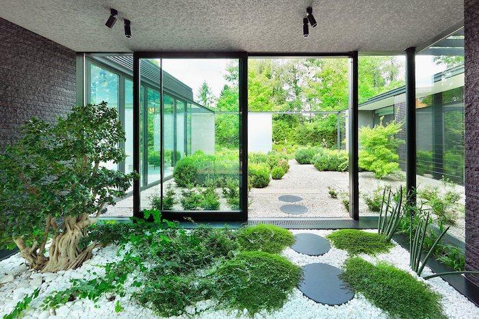 déco massif avec galets jardin intérieur et extérieur arbre miniature et buissoons