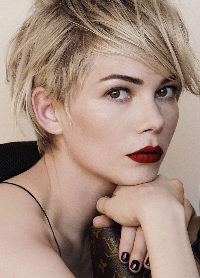 décoiffé coupe courte femme 2021 tendance blonde avec frange sur le côté femme au rouge à lèvres rouge