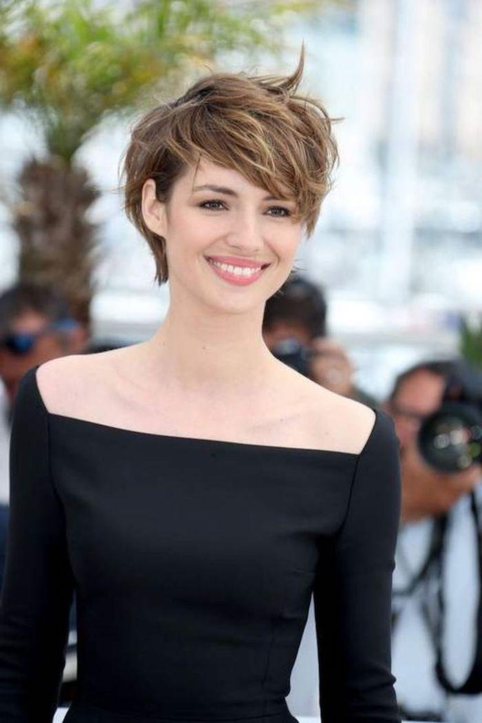 dégradé coupe courte femme 2021 tendance avec frange sur le côté femme à la tenue noire