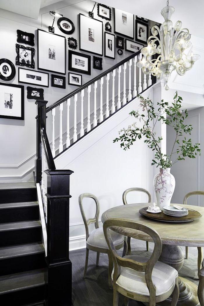 deco cage escalier moderne cadres de photos noirs photos en noir et blanc marches en noir murs blancs