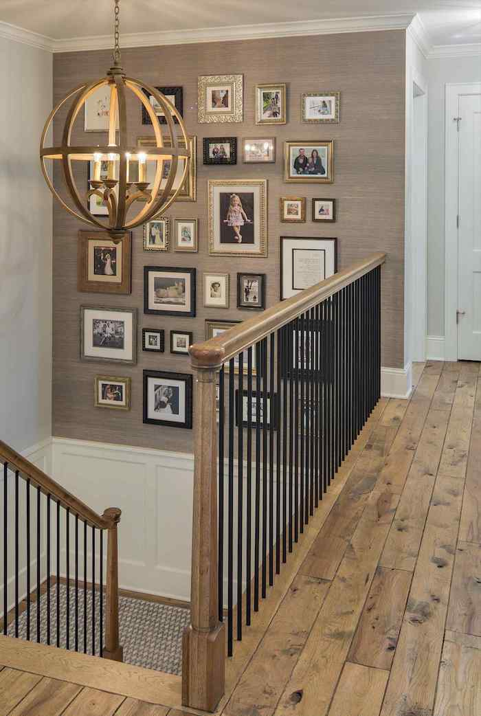 deco mur escalier mur peint en beige et blanc lustre en métal garde corps en métal et bois plancher en bois