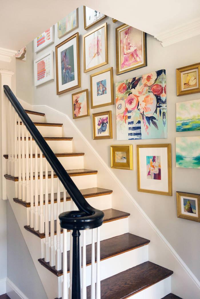 deco mur escalier peintures de fleurs et de couleurs contremarches en blanc marches en bois sombre