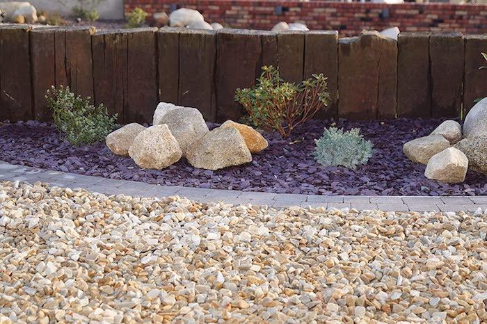 deco parterre gravier peint en violet deco avec pierres et buissons