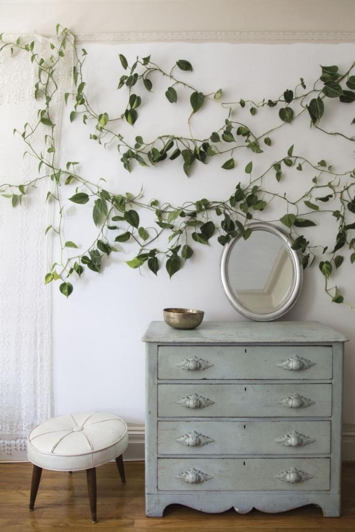 deco plante miroir ovale cadre argent commode vintage couleur gris tabouret blanc pieds bois foncé
