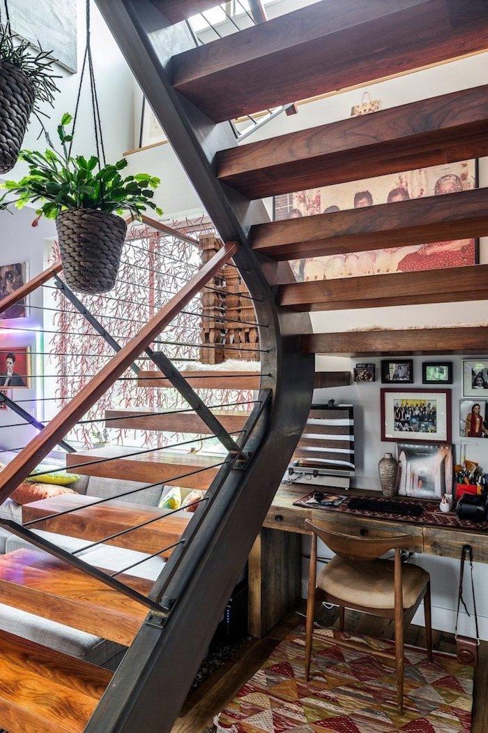 deco sous escalier en bois et métal npeint en noir tapis en beige et bordeaux escalier en bois et métal plante et peintures