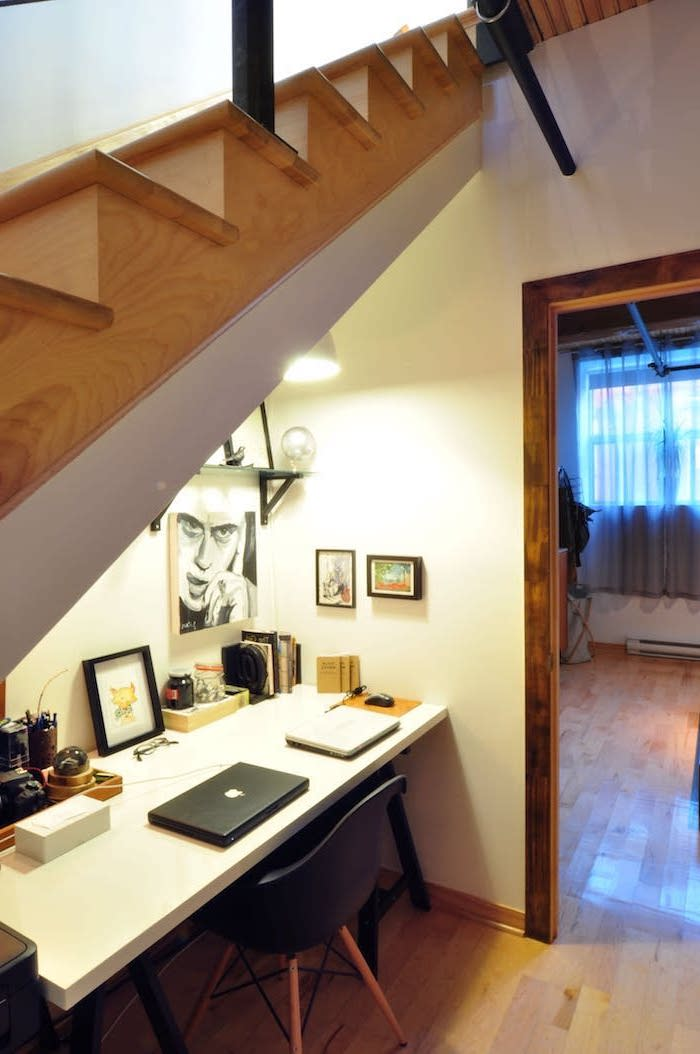 deco sous escalier peintures et étagères sur les murs bureau blanc escalier en bois