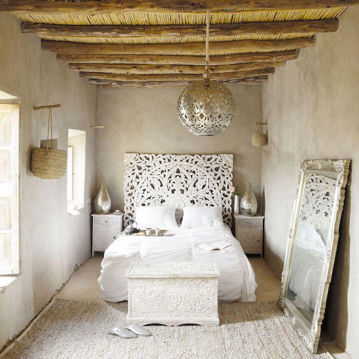 deco tete de lit blanche style orientale tapis en lin gris clair murs en gris clair miroir cadre argenté