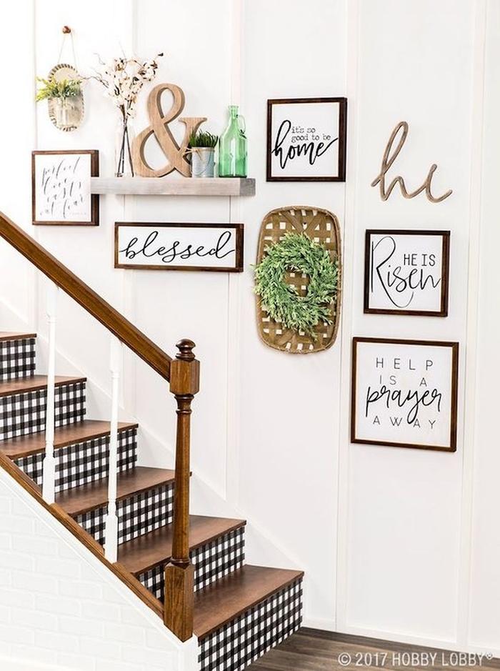 decoration escalier interieur maison mur blanc marches et garde corps en bois