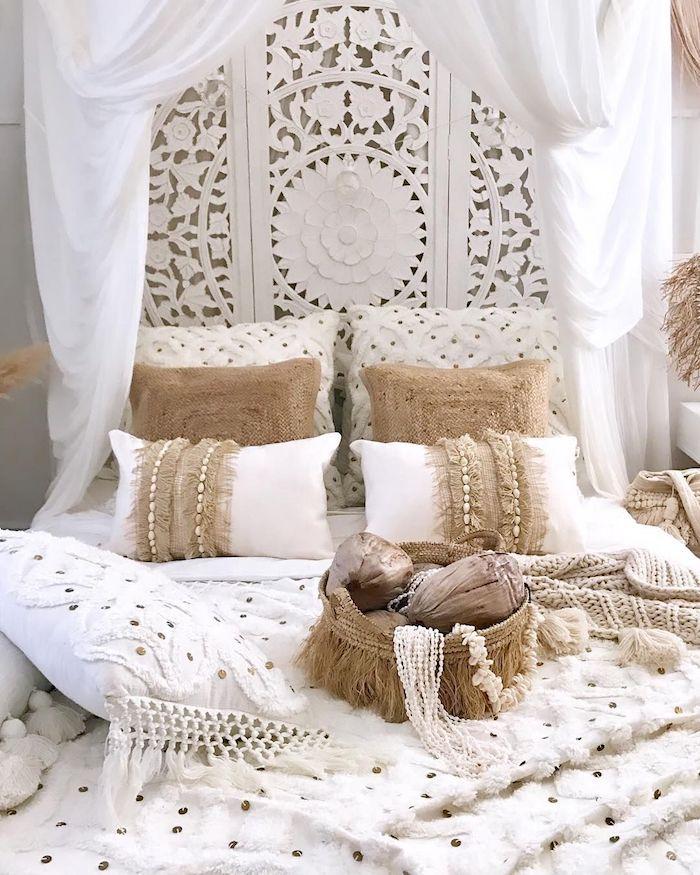 decoration mur tete de lit blanche rideaux baldaquin coussins blancs et beiges