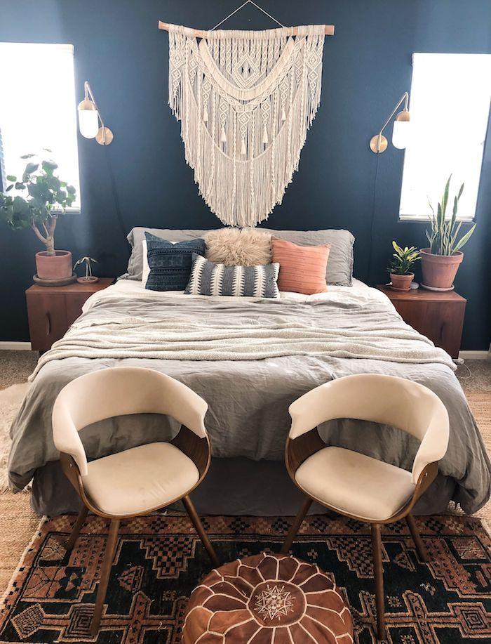 decoration mur tete de lit blanche sur un mur bleu foncé couverture en gris coussins gris rose et bleu