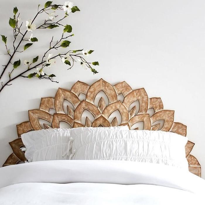 decoration mur tete de lit en bois mur blanc et fleur en deco linge de lit blanc