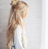 demi chignon boheme chic haut sur cheveux blonds coupe dégradé femme avec meches autour du visage