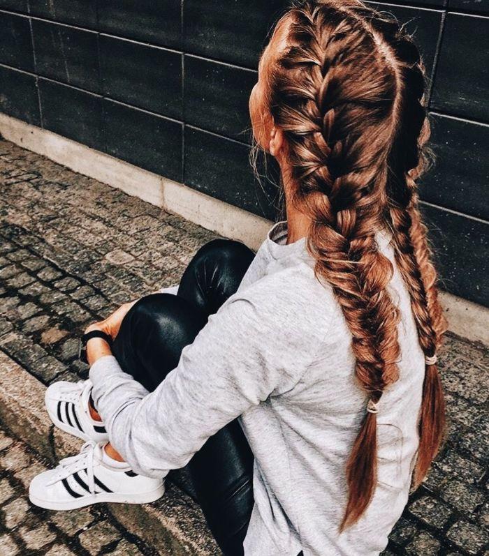 deux tresses collées sur cheveux long chatain clair pull gris pantalon fuseau noir basket tendance adidas