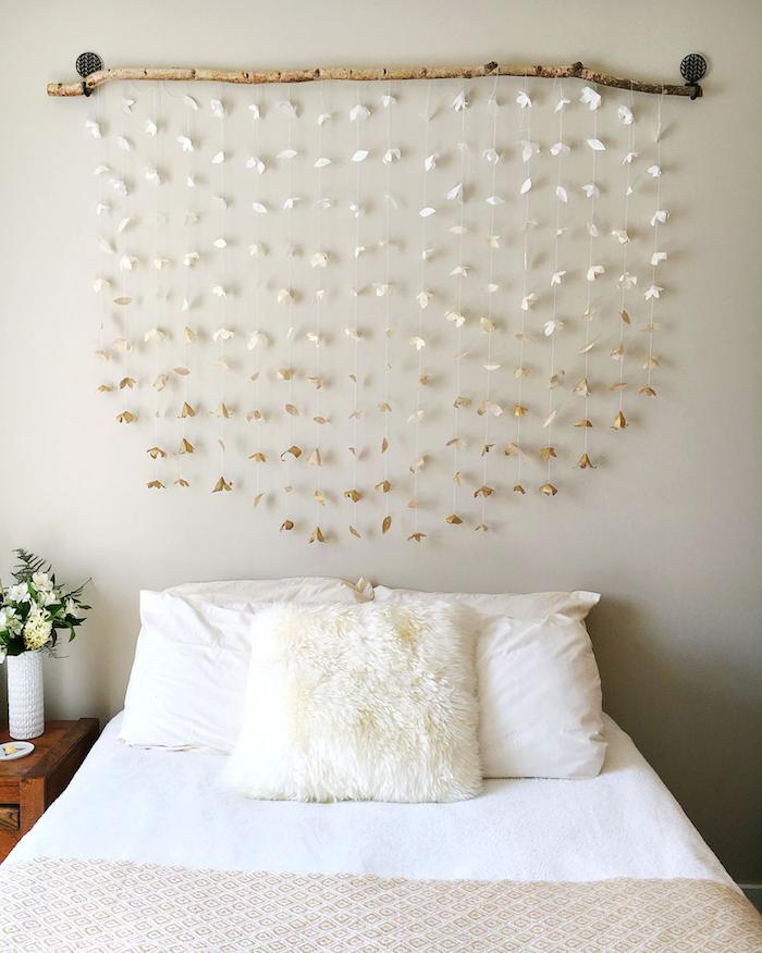 diy tete de lit en blanc et beige sur mur gris coussins blancs couverture enn blanc et beige