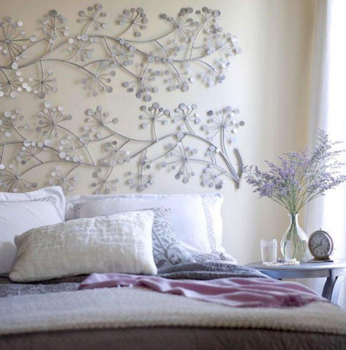 diy tete de lit fleurs grises coussins en blanc et beige couvertures en rose beige et gris