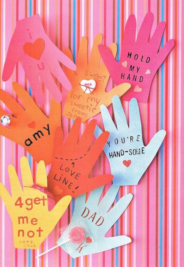 empreintes de main de papier avec message pour papa et petites décorations ou cadeaux ajoutés
