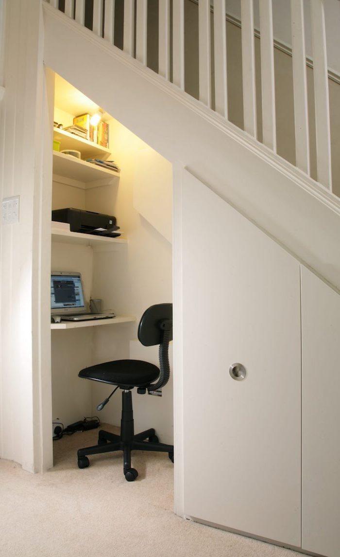 escalier avec rangement cloison peinte en blanc chaise de bureau noir bureau simple et étagères blancs