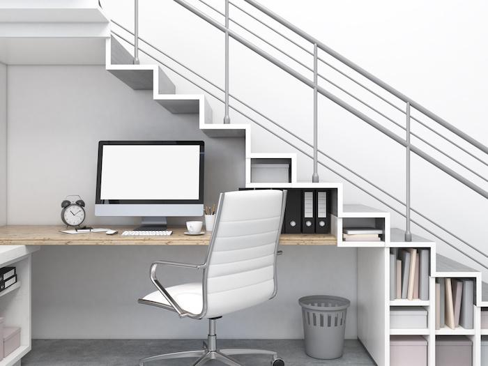 escalier avec rangement en blanc chaise en cuir blanc garde corps en métal bureau en bois
