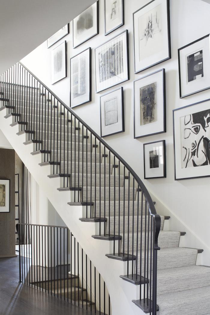 escalier bicolore blanc et noir cadres de photos noirs dessins en noir et blanc tapis d escalier gris