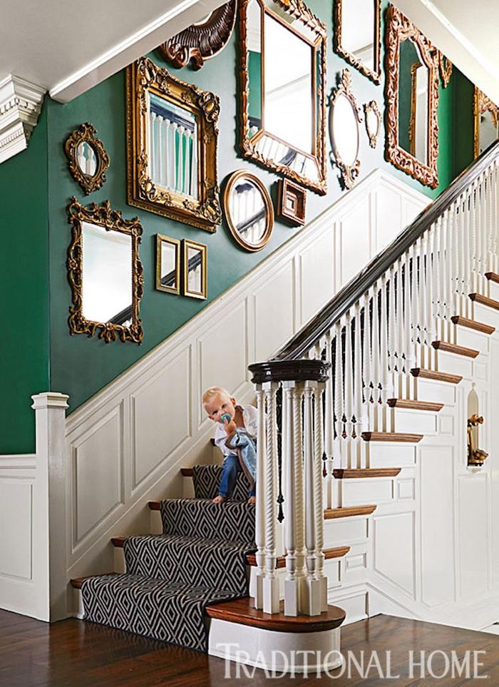 escalier bicolore blanc et vert tapis d escalier en noir et blanc deco de miroirs avec cadres dorés