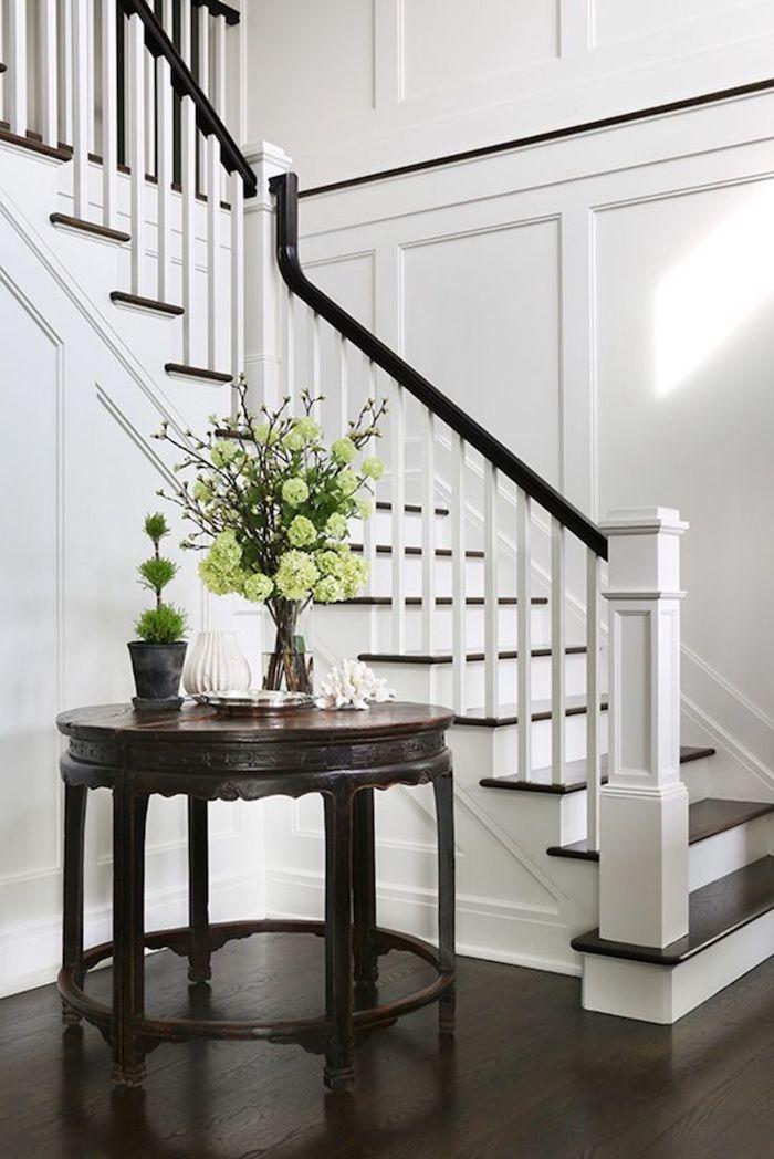 escalier blanc et bois style moderne décoration fleurs sur la table de foyer