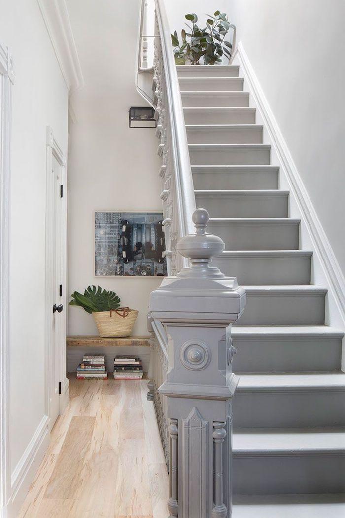 escalier gris et blanc fleurs comme décoration garde corps peint en gris