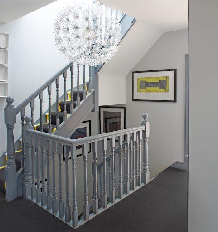 escalier gris et blanc garde corps en bois peint en gris deco jaune et noir